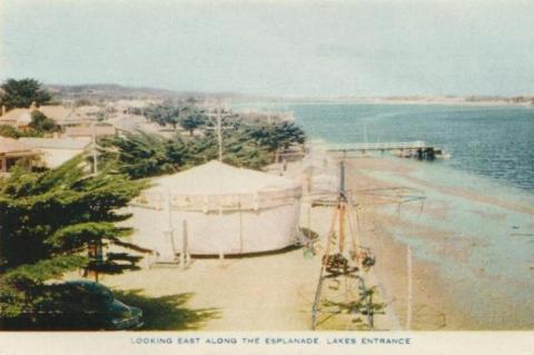 Looking east along the Esplanade, Lakes Entrance, 1955